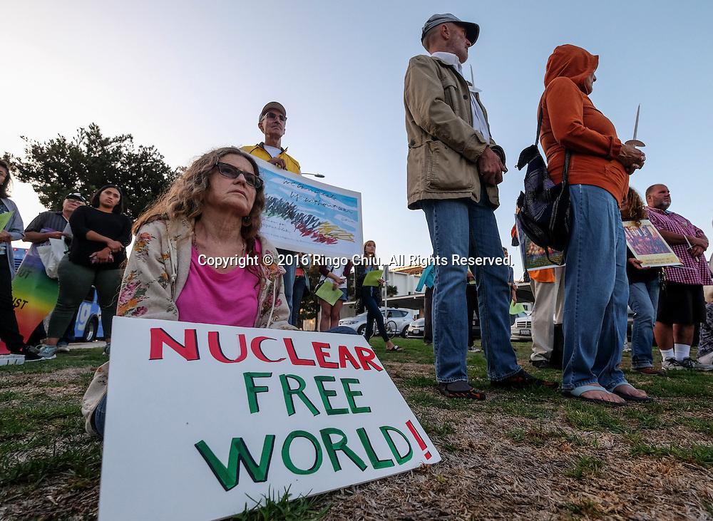 8月9日,在美国洛杉矶圣莫尼卡,为纪念日本长崎遭美国原子弹轰炸71周年,人们出席一个和平与裁核的烛光纪念活动。新华社发 (赵汉荣摄)<br /> Participants with signs during a candlelight vigil or peace and nuclear disarmament in Santa Monica, California, the United States, August 9, 2016, to mark the 71st anniversary of the atomic bombings of Hiroshima and Nagasaki. (Xinhua/Zhao Hanrong)(Photo by Ringo Chiu/PHOTOFORMULA.com)<br /> <br /> Usage Notes: This content is intended for editorial use only. For other uses, additional clearances may be required.