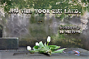 Nederland, Markelo, 11-4-2013In een aparte hoek van de gemeentelijke begraafplaats ligt het graf van een man, soldaat, die bij het uitbreken van de oorlog in Doesburg door de duitsers gedood werd.Op de steen staat: Hij viel voor zijn land.Foto: Flip Franssen