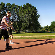 Nederland Rotterdam 24-05-2009 20090524 Foto: David Rozing .                                                                                    .Kralingse Plas deelgemeente Kralingen Crooswijk, skaters jongen en meisje op fietspad tijdens zonnig dag                            .People  enjoying sunny weather, citylife, Kralingen, skating          .Holland, The Netherlands, dutch, Pays Bas, Europe, health, healthy, sporting,  boy, girl, couple, man, vrouw...Foto: David Rozing