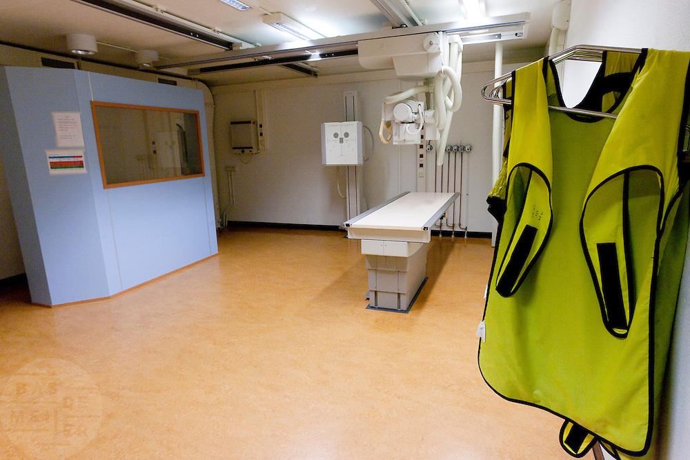 De röntgenlamer van het calamiteitenhospitaal. Bij het calamiteitenhospitaal in Utrecht worden slachtoffers van grote rampen als eerste behandeld. Afhankelijk van de ernst van de verwonding, wordt het slachtoffer ingedeeld in rood, geel of groen. Het hospitaal is uniek in Europa en is gevestigd in de voormalige atoombunker onder het UMC Utrecht.<br /> <br /> The X-ray room of the trauma and emergency hospital.  At the basement of the UMC Utrecht a special hospital for emergency and major incidents is based. Patients are being labelled by number and depending on the injuries they will be transported to the zone red, yellow or green.