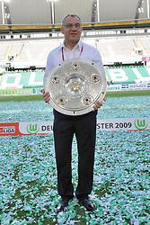 18.03.2011, Arena, Wolfsburg, GER, Felix Magath zurueck als Trainer zum VFL Wolfsburg, im Bild Archiv: FBL 2008/2009 34. Spieltag Rueckrunde.VFL Wolfsburg - Werder Bremen..Deutscher Meister 2008/2009 VFL Wolfsburg  Feier auf dem Rasen..Felix Magath ( Headcoach) (Wolfsburg GER) freut sich ueber die Meisterschaft und zeigt nach dem Spiel die Schale..EXPA Pictures © 2011, PhotoCredit: EXPA/ nph/  Kokenge       ****** out of GER / SWE / CRO  / BEL ******