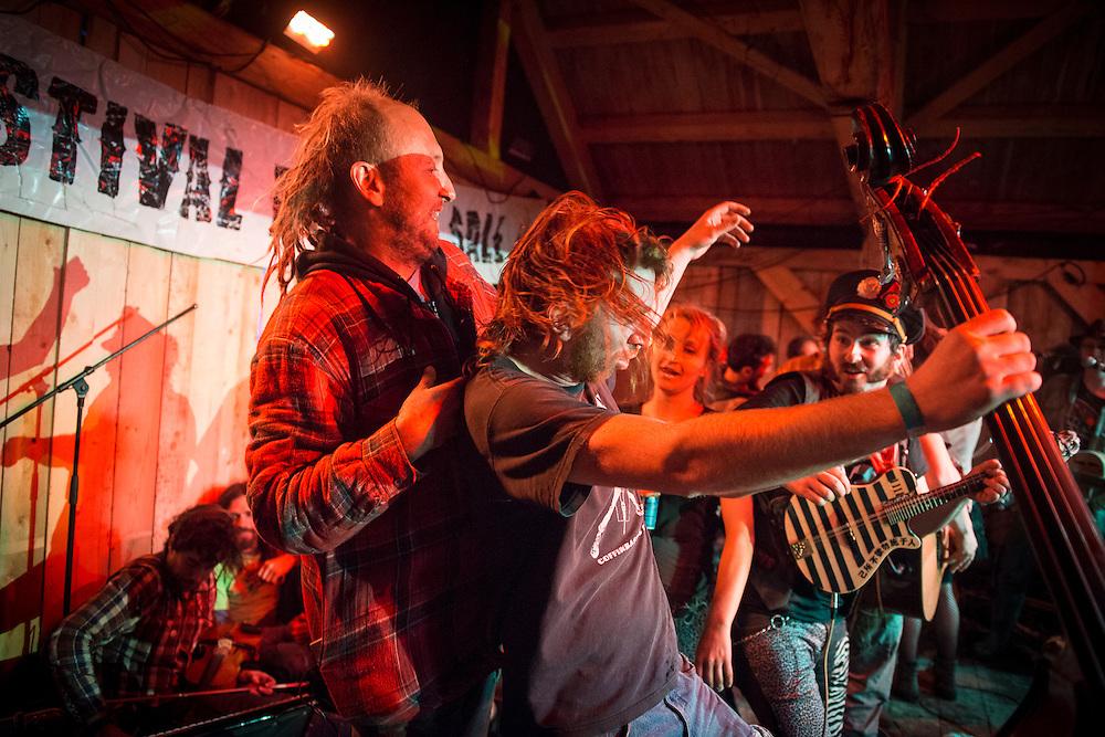 FOLK SALE DE SAINTE-ROSE-DU-NORD<br /> <br /> Le Fabuleux Festival International de Folk Sale, situ&eacute; &agrave; Sainte-Rose-du-Nord est un rassemblement festif de trois jours o&ugrave; des centaines d'artistes offrent des spectacles de musique, de cirque, de pyrotechnies, etc. <br /> <br /> Fabulous International Festival of Dirty Folk song, situated to Sainte-Rose-du-Nord is a festive gathering of three days when hundreds of artists offer shows(entertainments) of music, circus(cirque), pyrotechnics, etc.