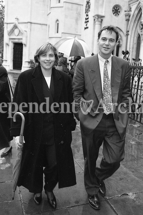 96 Reporter Alan Ruddock who wrote the article for the Sunday Times with his wife Jackie at the High Court in London during the Jackie during Albert Reynolds's libel case against the Sunday Times newspaper. Pic Tom Burke 12/11/96 (Part of the Independent Newspapers Ireland/NLI Collection)