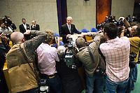 Nederland. Den Haag, 19 september 2006.<br /> Prinsjesdag. Minister Gerrit Zalm van Financien met het koffertje in de Tweede Kamer.<br /> Foto Martijn Beekman<br /> NIET VOOR TROUW, AD, TELEGRAAF, NRC EN HET PAROOL