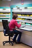 DEU, Deutschland, Germany, Berlin, 15.01.2020: Eine Mitarbeiterin der Stasiunterlagenbehörde bei der Arbeit mit Akten der DDR-Staatssicherheit (Stasi)  im Stasi-Unterlagen-Archiv in der Normannenstraße .