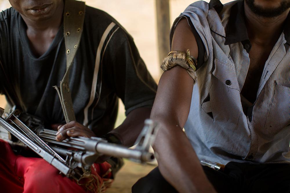 Nyambembe, Congo<br /> <br /> En av rebell gruppen RM, Raia Mutomboki, f&auml;sten &auml;r i byn Nyambembe.<br /> M&aring;nga av soldaterna ser ut som minder&aring;riga men p&aring; fr&aring;gan om hur gamla de &auml;r svarar de att konsekvent att de &auml;r &ouml;ver 18.<br /> H&auml;r &auml;r de p&aring; v&auml;g till et m&ouml;te med en annan RM r&ouml;relse i grannbyn.<br /> Samtliga soldater har en maskot p&aring; h&ouml;gerarmen som enligt dem skyddar dem mot kulor och g&ouml;r dem od&ouml;dliga.<br /> Photo: Niclas Hammarstr&ouml;m
