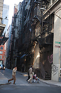 New York  Chinatown Cortland , old street,  in Chinatown and canal street, old buildings with outside staircases /  Cortland street a Chinatown  , immeubles anciens traditionnels,  vielles ruelles typiques, Manhattan
