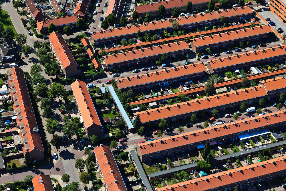 Nederland, Noord-Holland, Hilversum, 30-06-2011; rijtjeshuis, strokenbouw, .Terraced houses in the city of Hilversum..luchtfoto (toeslag), aerial photo (additional fee required).copyright foto/photo Siebe Swart