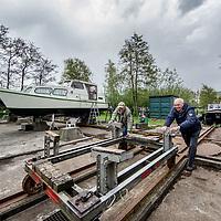 Nederland, Den Ilp, 26 april 2017.<br />50-jarig bestaan van wsv de noord, de kleinste jachthaven van Amsterdam, verstopt in Den Ilp.<br />Op de foto: Harry Gerber en maar Bert klussen aan hun boot op het kleine eiland.<br /><br /><br /><br />Foto: Jean-Pierre Jans