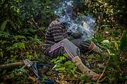 Un ranger fume du cannabis avant de partir en patrouille.