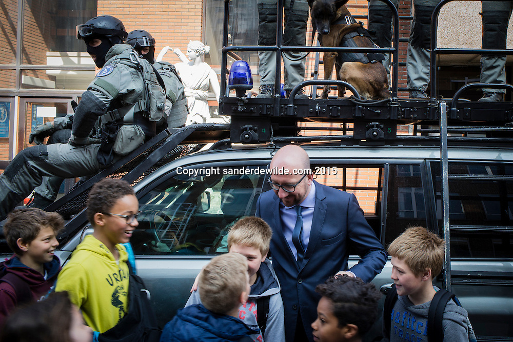 Demonstratie van de speciale eenheden van de federale politie en debriefing bij bezoek van ministers Charles Michel en Jan Jambon.Een klas schoolkinderen van een NEderlandstalige school kreeg net een rondleiding en greep zijn kans om met de ministers op de foto te komen.