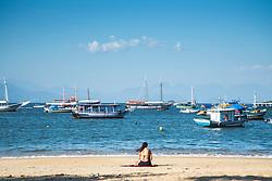 Turista na Praia do Abraao. // Tourist on the beach of Abraao. Foto: Debora Klempous/Argosfoto - Ilha Grande, Rio de Janeiro - Brazil - 2014