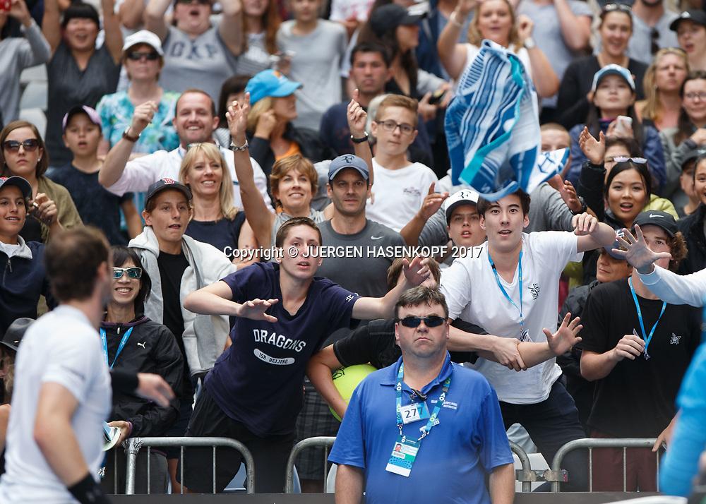 FEATURE-AUSOPEN, Tennis Fans versuchen das von Andy Murray geworfene Handtuch zu fangen,<br /> <br /> Australian Open 2017 -  Melbourne  Park - Melbourne - Victoria - Australia  - 20/01/2017.