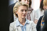 14 NOV 2018, POTSDAM/GERMANY:<br /> Ursula von der Leyen, CDU, Bundesverteidigungsministerin, waehrend einer Praesentation des HPI im Rahmen der Klausurtagung des Bundeskabinetts, Hasso Plattner Institut (HPI), Potsdam-Babelsberg<br /> IMAGE: 20181114-01-087<br /> KEYWORDS; Kabinett, Klausur, Tagung, muede, müde