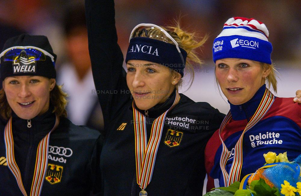 04-01-2003 NED: Europees Kampioenschappen Allround, Heerenveen<br /> Huldiging 1500 meter dames / Claudia Pechstein, Anni Friesinger en Annemarie Thomas