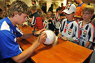 23-08-2008 VOETBAL:WILLEM II:OPENDAG:TILBURG<br /> Niels Vorthoren tekent de bal van een jonge supporter tijdens de Koningsdag<br /> Foto: Geert van Erven