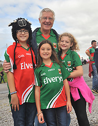 Jim Hughes from Claremorris now residing in Chicago with his grandchildren Keely, Keegan and Ciara Shroder at the Connacht Final in Dr. Hyde Park.<br /> Pic Conor McKeown