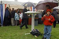 04 JUL 2003, BERLIN/GERMANY:<br /> Aufgrund des recht wechselhaften Wetters findet die Feier anl. des Unabhaengigkeitstages des Vereinigten Staaten, dem Independence Day, zum Teil unter Schirmen statt, America Academy<br /> IMAGE: 20030704-02-011<br /> KEYWORDS:  4th of July celebration, Regen,  Wetter, Schirm, kind<br /> Unabhängigkeitstag