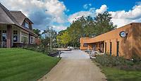 HILVERSUM -  nieuwe clubhuis met rechts de rassenloods, , shop en kantoor caddymaster.  Hilversumsche Golf Club, COPYRIGHT  KOEN SUYK