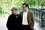Setbezoek Het Leven Is Vurrukkulluk in het Vondelpark, Amsterdam.<br /> <br /> Op de foto:  ACTEURS ZIJN IN KARAKTER -  Geza Weisz als Boelie met zijn vader regiseur Frans Weisz
