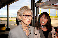 KATWIJK - Op vliegbasis Valkenburg hield Soldaat van Oranje een tweede premiere ter gelegenheid van een nieuwe Cast.  Met op de foto Karin Hazelhoff Roelfzema, de echte weduwe van de Soldaat van Oranje, fotografe Patricia Steur. FOTO LEVIN DEN BOER - PERSFOTO.NU