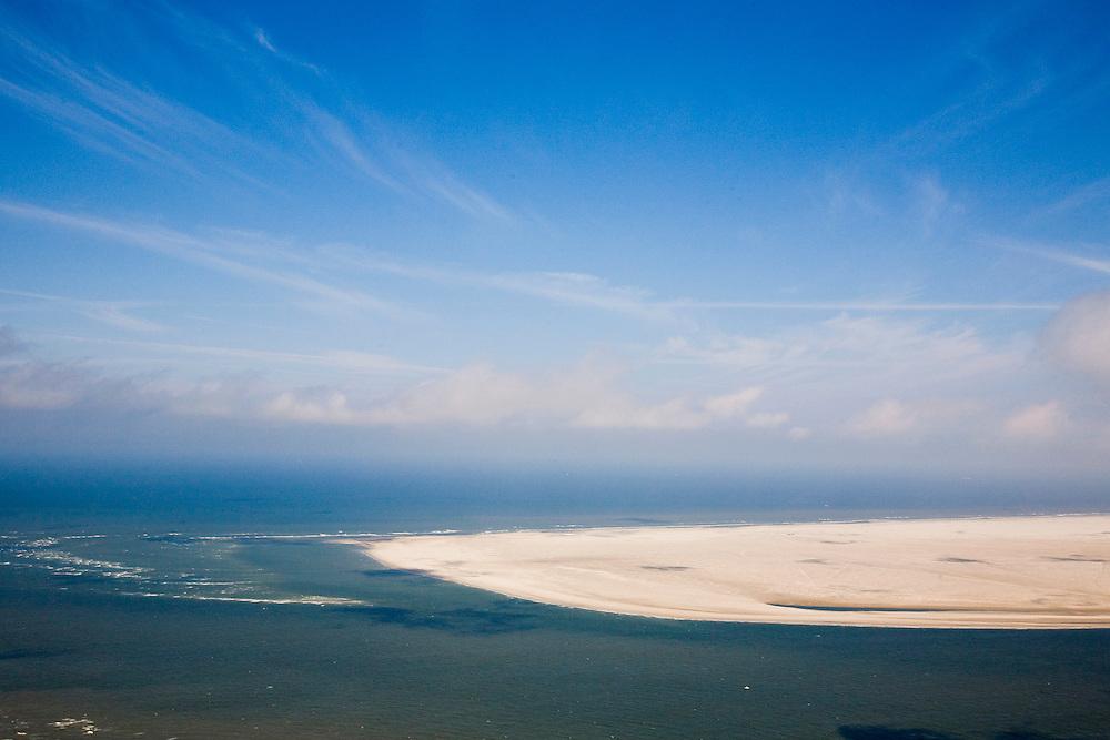 Nederland, Noord-Holland,Texel, 14-07-2008; Noorderhaaks, onbewoonde zandplaat - eiland in wording, gelegen in het Marsdiep (tussen Den Helder en Texel), ook wel genaamd 'Razende bol'; rustgebied, woonplaats voor zeehonden; stiltgebied, zeehond , abstract, associatief, associatie,  landschap, leeg, eenzaam,  alleen, isolatie, rust, . .luchtfoto (toeslag); aerial photo (additional fee required); .foto Siebe Swart / photo Siebe Swart
