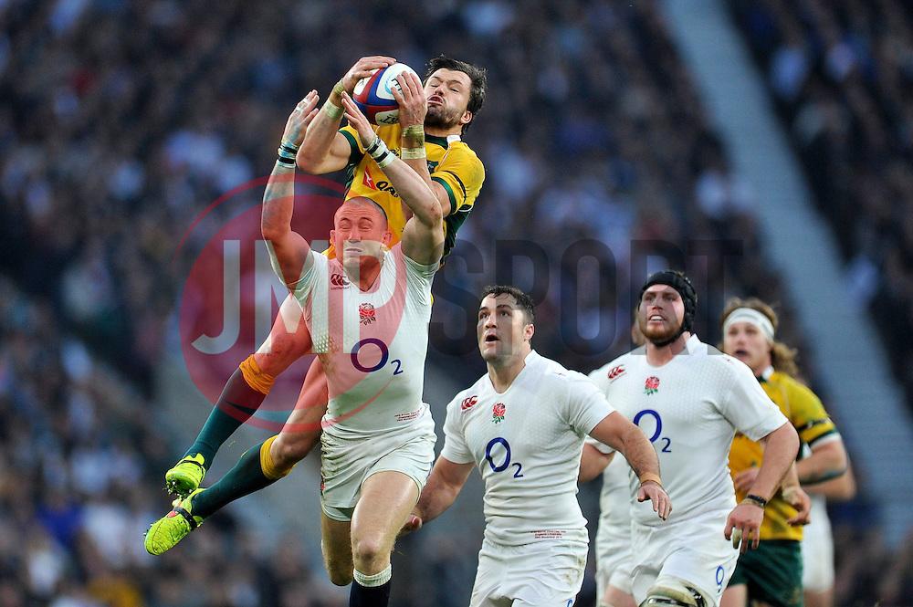 Adam Ashley-Cooper of Australia claims the ball in the air - Photo mandatory by-line: Patrick Khachfe/JMP - Mobile: 07966 386802 29/11/2014 - SPORT - RUGBY UNION - London - Twickenham Stadium - England v Australia - QBE Internationals