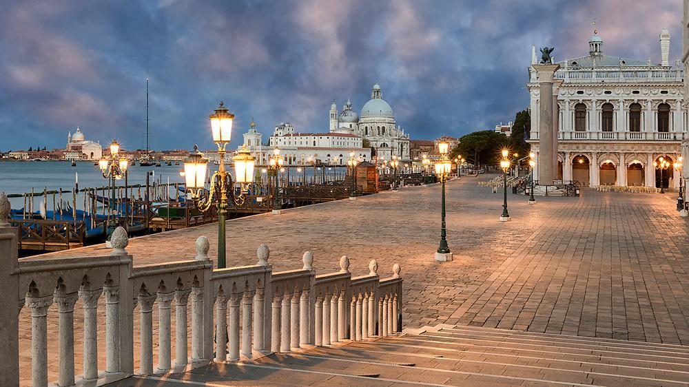 Die Basilika Santa Maria della Salute in Venedig ist auf der rechten Uferseite des Canal Grande in Richtung Markusplatz zu finden.