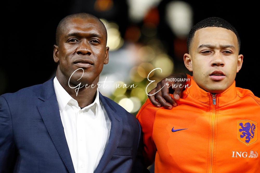 28-03-2017 VOETBAL:NEDERLAND - ITALIE:AMSTERDAM<br /> Clarence Seedorf wordt door de KNVB gehuldigd met Memphis Depay (Olympic Lyon) of Holland <br /> <br /> <br /> Foto: Geert van Erven