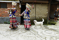 Chine. Province du Guizhou. Village de Xijiang. Miao a jupe de cent plis.// China. Guizhou province. Xijiang village. Skirt Miao.   Miao girls in traditional costume and silver hairdress