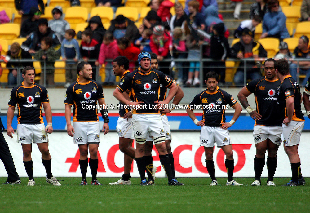Wellington players wait for a conversion attempt. ITM Cup - Wellington Lions v Counties-Manukau Steelers at Westpac Stadium, Wellington, New Zealand on Sunday, 8 August 2010. Photo: Dave Lintott/PHOTOSPORT