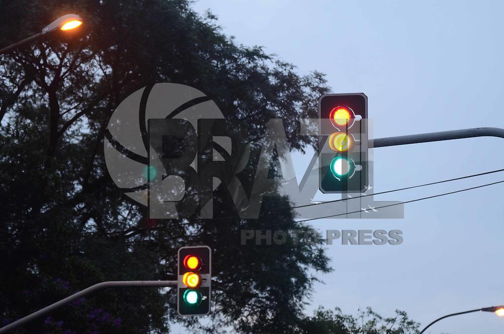 SAO PAULO, 11 DE JUNHO DE 2012 - SEMAFOROS DESLIGADOS SP - Devido a queda de raios no inicio da tarde varios semaforos nao funcionam na regiao da Vila Mariana, zona sul da capital, nesta segunda feira. FOTO: ALEXANDRE MOREIRA - BRAZIL PHOTO PRESS