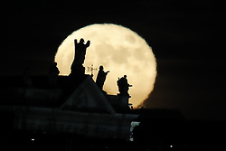 © Licensed to London News Pictures. 14/12/2016. London, UK. The last Super Moon of 2016 rises above the London skyline. Photo credit: Peter Macdiarmid/LNP