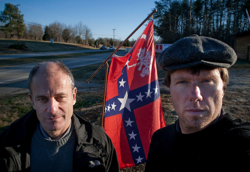 Michael Winiarski och Chris Maluszynski - Byline med en lokal variant av sydstatsflaggan i South Carolina, USA