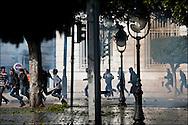 Les policiers et les manifestants s'affrontent avenue Habib Bourguiba // A la suite de nombreux pillages et saccages commis dans le centre ville de Tunis la Police accompagnée des habitants organisés en comité de quartiers chassent les pilleurs, Tunis dimanche 27 février 2011. © Benjamin Girette/IP3 press