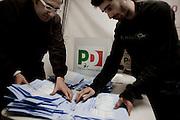 ROMA. SCRUTATORI AL TERMINE DELLE VOTAZIONI SELEZIONANO LE SCHEDE INIZANO IL CONTEGGIO DEI VOTI IN OCCASIONE DELLE PRIMARIE DEL PARTITO DEMOCRATICO