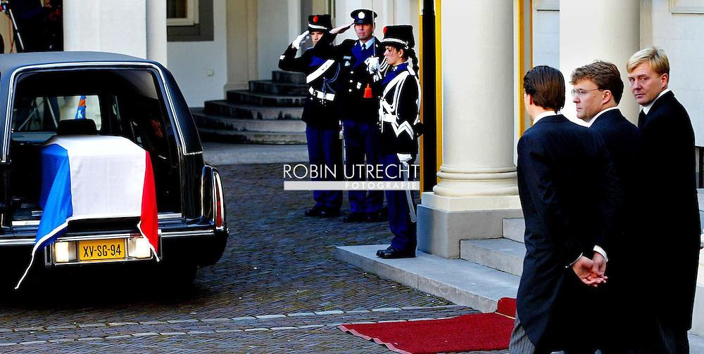 NLD-200201008:DENHAAG: De drie zonen van prins Claus en koningin Beatrix (vlnr) de prinsen Constantijn, Johan Friso en Willem-Alexander begeleiden de kist met het stoffelijk overschot van prins Claus bij aankomst op Paleis Noordeinde in Den Haag. De zonen houden dinsdagmiddag een dodenwake. ANP FOTO POOL/ROBIN UTRECHT