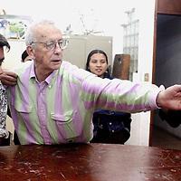 """Xalapa, Ver.- Carlos Jurado, pintor, grabador y fotografo reconocido mundialmente por su obra experimental, realizada con camaras estenopeicas, autor de los libros """"El Arte de la Aprehension de imagenes"""" y el """"Unicornio"""", fundador de la escuela de artes plasticas de la Universidad Veracruzana, impartio un curso a los alumnos de esta institucion sobre la camara estenopeica. Agencia MVT / Carlos Tischler. (DIGITAL)<br /> <br /> NO ARCHIVAR - NO ARCHIVE"""