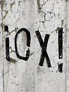 I - O - X - Lettres et signes noirs sur un mur blanc, schwarze Lettern und Schriftzeichen auf einer hellen Mauer. Graffiti. © Romano P. Riedo