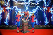 AMSTERDAM - Bij het Pathe ArenA Theater is de filmpremière van Spiderman II gehouden. Met hier op de foto Charlotte en Jasmin. FOTO LEVIN DEN BOER - PERSFOTO.NU