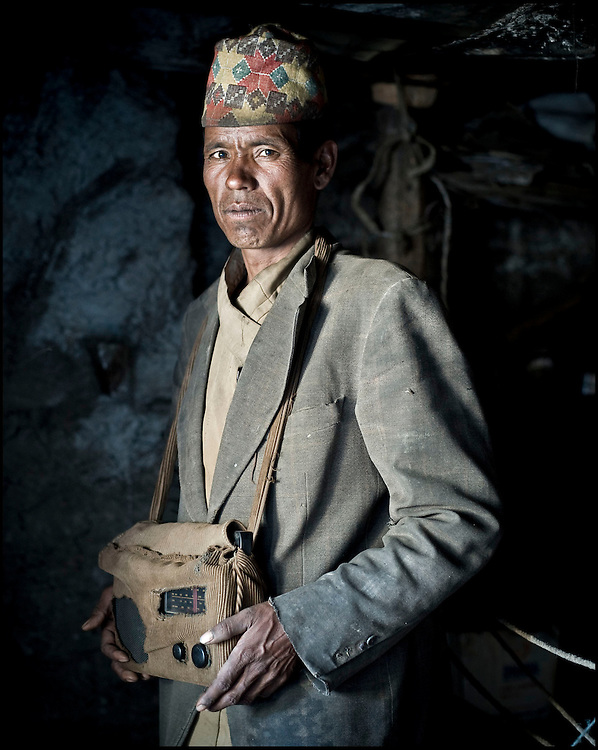 To overcome their isolation, these Nepalese men have discovered a means of communication which could be considered obsolete: the good old transistor radio. Over time, their owners have fabricated protective covers for their most precious source of information.