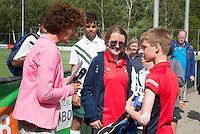 Amstelveen - Karin Pannekoek reikt de prijzen uit. NK LG Hockey KNHB in samenwerking met de Dirk Kuyt Foundation. . COPYRIGHT KOEN SUYK