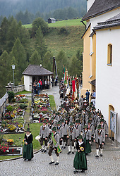 THEMENBILD - Mit einer feierlichen Messe und anschliessenden Prozession feiert die Bevölkerung der Osttiroler Gemeinde Kals am Grossglockner am Ende der Erntezeit und zum Dank für das gute Gedeihen der Feldfrüchte das Erntedankfest. Hier im Bild Musikkapelle Kals am Grossglockner mit Stabführer Markus Huter. Aufgenommen am, 2. Oktober 2016 // With a Mass followed by a procession celebrating the people in the Eastern Tyrolean village Kals am Grossglockner the end of harvest and thanksgiving. Recorded on Sunday October 2, 2016. EXPA Pictures © 2016, PhotoCredit: EXPA/ Johann Groder