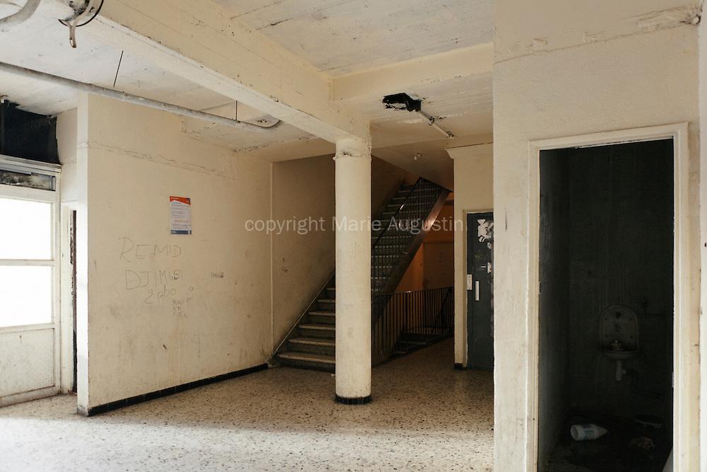 Hall d'entrée d'un immeuble de la copropriété du Chêne Pointu. L'ensemble des habitants se bat depuis des années contre les dégradations et l'augmentation non-justifiée des charges. Depuis quelques semaines, tous les ascenseurs ont été soudés - Clichy-Sous-Bois, mars 2012