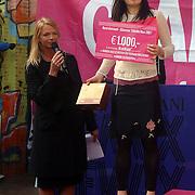 NLD/Amsterdam/20070308 - Stilettorun 2007 Amsterdam, Best Dressed prijs voor Kyanna Kim prijsuitreiking door Karin Swerink