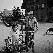 Grossvater und Nichte unterwegs mit dem Fahrrad. Grand-pèren avec nièce et vélos. Salvenach 2004. © Romano P. Riedo