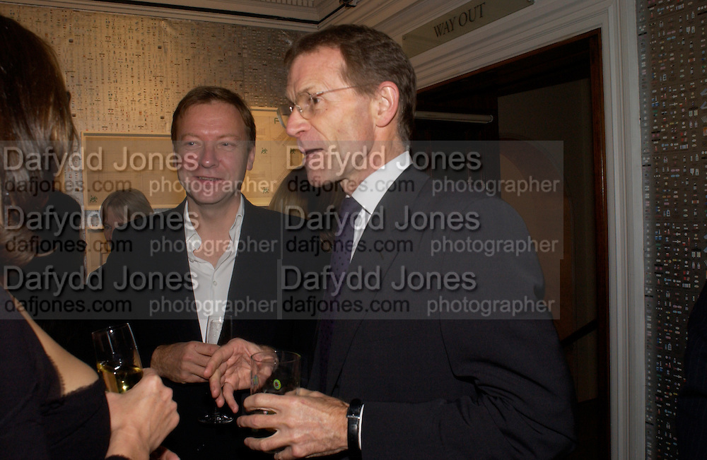Richard Greer and Nicholas Serota, Party to celebrate Damien'Hirst's Pharmacy. Sotheby's. 15 October 2004. ONE TIME USE ONLY - DO NOT ARCHIVE  © Copyright Photograph by Dafydd Jones 66 Stockwell Park Rd. London SW9 0DA Tel 020 7733 0108 www.dafjones.com