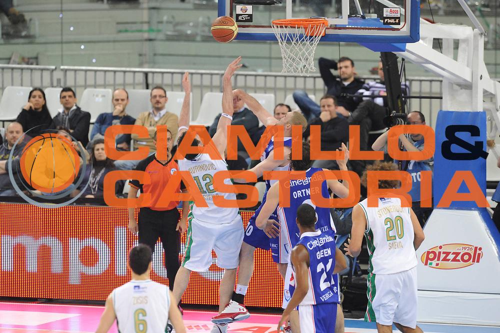 DESCRIZIONE : Torino Coppa Italia Final Eight Finale Montepaschi Siena Bennet Cantu <br /> GIOCATORE : Arbitro Fotografi Ksistof Lavrinovic<br /> SQUADRA : Montepaschi Siena Bennet Cantu<br /> EVENTO : Agos Ducato Basket Coppa Italia Final Eight 2011<br /> GARA : Montepaschi Siena Bennet Cantu<br /> DATA : 13/02/2011<br /> CATEGORIA : Stoppata<br /> SPORT : Pallacanestro<br /> AUTORE : Agenzia Ciamillo-Castoria/GiulioCiamillo<br /> Galleria : Final Eight Coppa Italia 2011<br /> Fotonotizia : Torino Coppa Italia Final Eight 2011 Quarti di Finale Montepaschi Siena Bennet Cantu <br /> Predefinita :