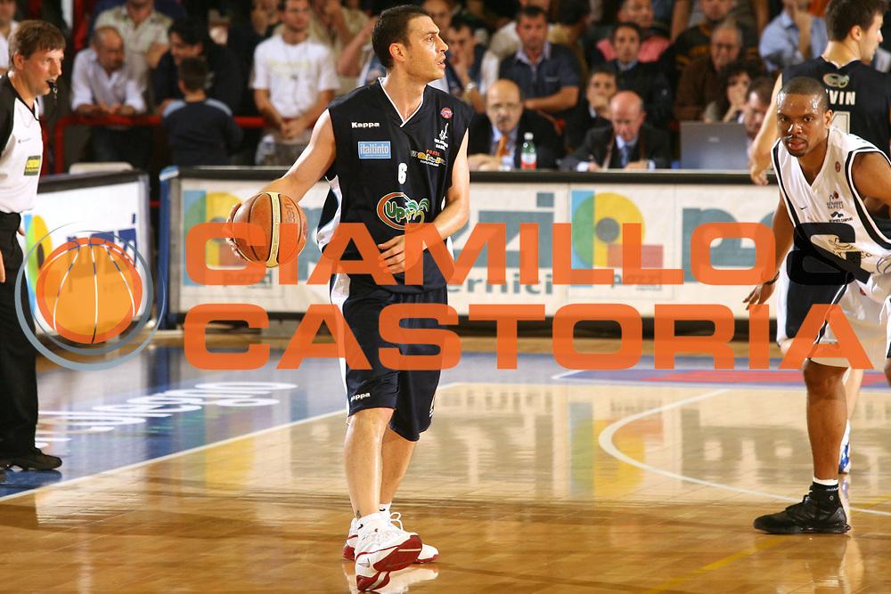 DESCRIZIONE : Napoli Lega A1 2005-06 Carpisa Napoli Upea Capo Orlando<br />GIOCATORE : Esposito<br />SQUADRA : Upea Capo Orlando<br />EVENTO : Campionato Lega A1 2005-2006<br />GARA : Carpisa Napoli Upea Capo Orando<br />DATA : 04/05/2006<br />CATEGORIA : Palleggio<br />SPORT : Pallacanestro<br />AUTORE : Agenzia Ciamillo-Castoria/G.Ciamillo