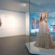 """NLD/Apeldoorn/20150409 - Opening tentoonstelling 'Sisi, sprookje & werkelijkheid' te Paleis Het Loo. De tentoonstelling belicht het levensverhaal van Keizerin Elisabeth. Aan de hand van filmfragmenten, foto's, schilderijen en persoonlijke bezittingen worden haar jeugd, haar leven aan het Weense hof, haar kroning tot Koningin van Hongarije en de mythevorming rond haar persoon geïllustreerd.    -    Opening exhibition """"Sisi, fairy tale and reality 'to Palace Het Loo. The exhibition highlights the life of Empress Elisabeth. On the basis of film clips, photographs, paintings and personal belongings are her childhood, her life at the Viennese court, her coronation as Queen of Hungary and the myths around her person illustrated. Op de foto/ On the Photo: Tentoonstelling / Exibition"""